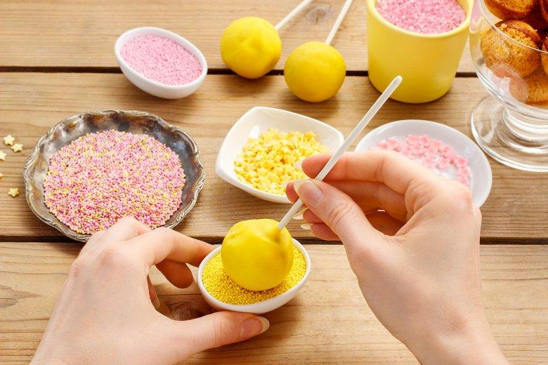 Cake Pops können nach Lust und Laune verziert werden. Dabei lautet die Devise - umso bunter, umso besser.