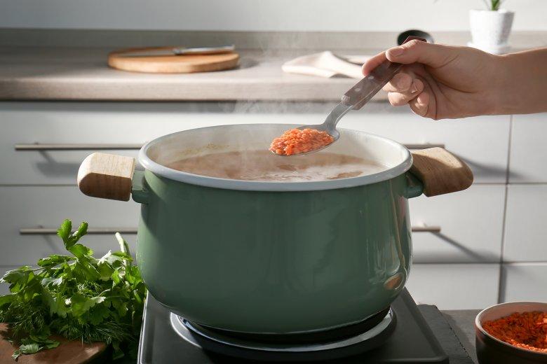 Die Linsen werden direkt in das kochende Wasser gegeben.
