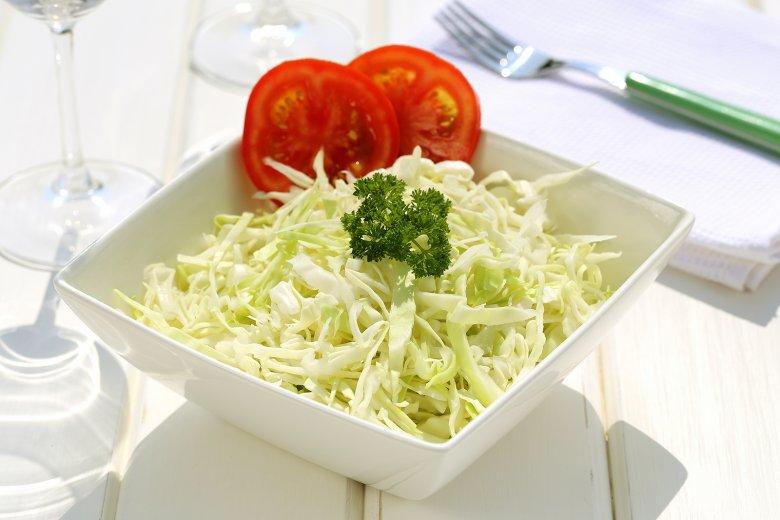 Krautsalat ist vor allem zu Fleischgerichten eine beliebte Beilage, die einfach zubereitet ist.