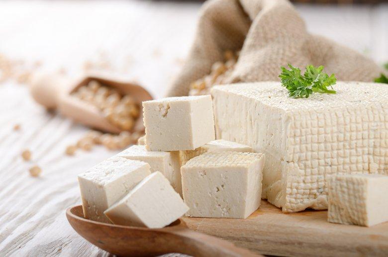 Tofu ist ein beliebter Fleischersatz und wird deshalb gerne von Veganern und Vegetariern verwendet.
