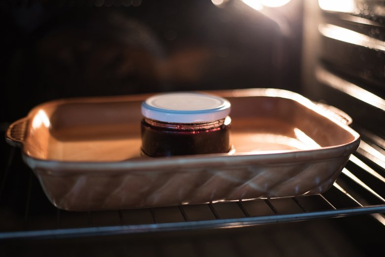 Beim Einkochen im Backofen werden die Gläser in eine Fettpfanne oder Auflaufform gestellt und Wasser angegossen.