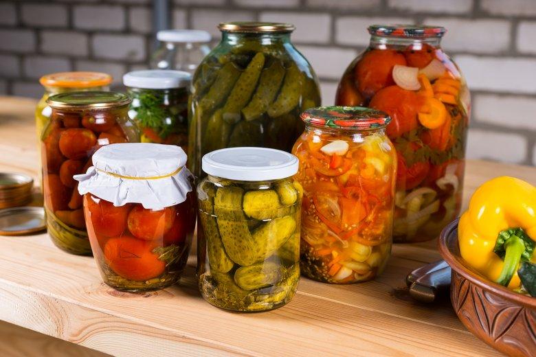 Einlegen von Lebensmitteln ist eine einfache Methode, um Obst und Gemüse haltbar zu machen.