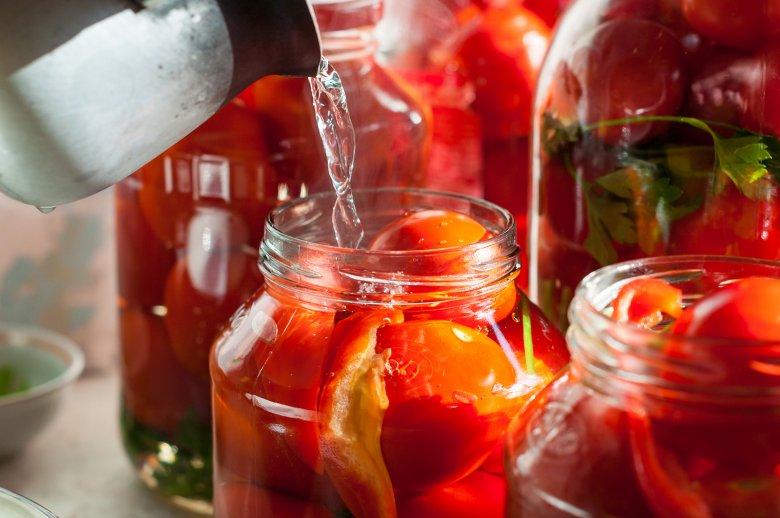 Beim Einlegen werden die Lebensmittel in Gläser geschichtet und beispielsweise mit einem Essigsud oder einer Salzlake übergoßen.