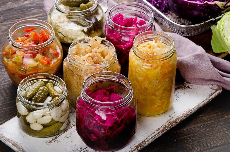 Durch das Fermentieren können Lebensmittel, wie verschiedene Gemüsesorten, Obst Fleisch und Fisch haltbar gemacht werden.