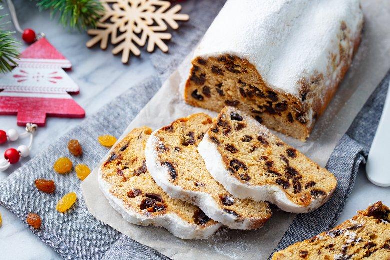 Stollen mit Früchten und Gewürzen gehört zur Weihnachtszeit einfach dazu.