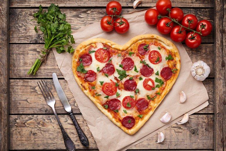 Pizza in Herzform ist eine gute Idee, um den Liebsten oder die Liebste am Valentinstag zu überraschen und kann nach Belieben belegt werden.