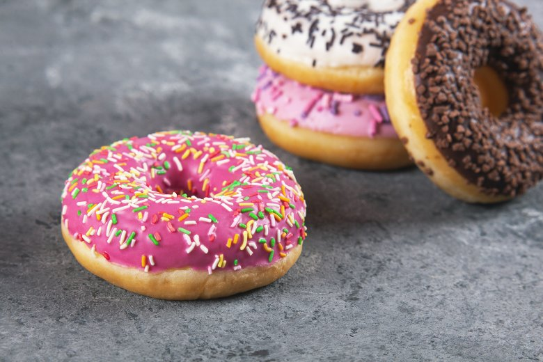 Beim Verzieren von Donuts sind der Fantasie keine Grenzen gesetzt.