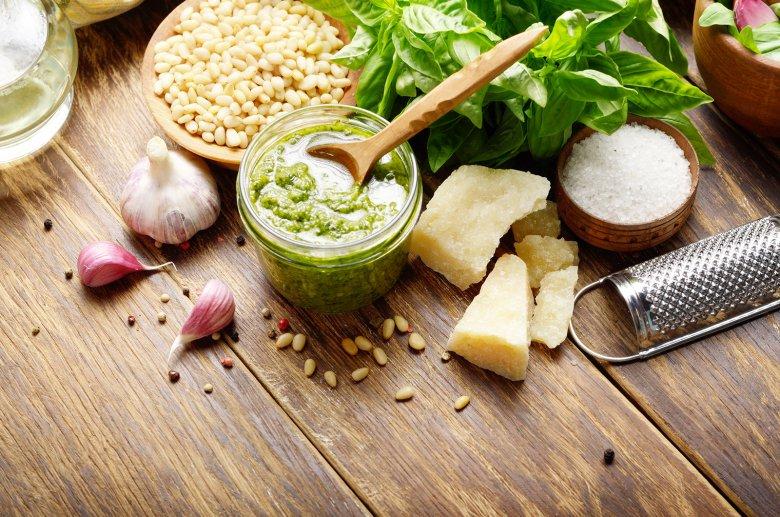 Unter Pesto versteht man eine ungekochte Sauce, die meist zu Pasta gereicht wird.
