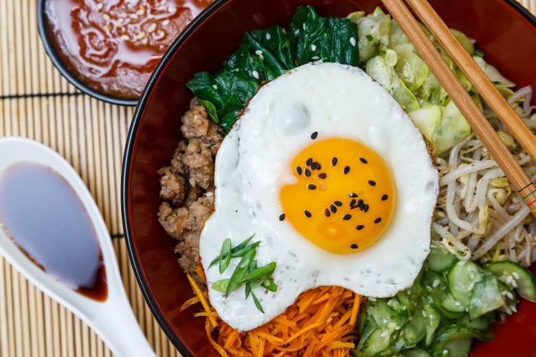 Bei Bibimbap handelt es sich um ein traditonelles koreanisches Gericht mit Gemüse, Reis und Ei.