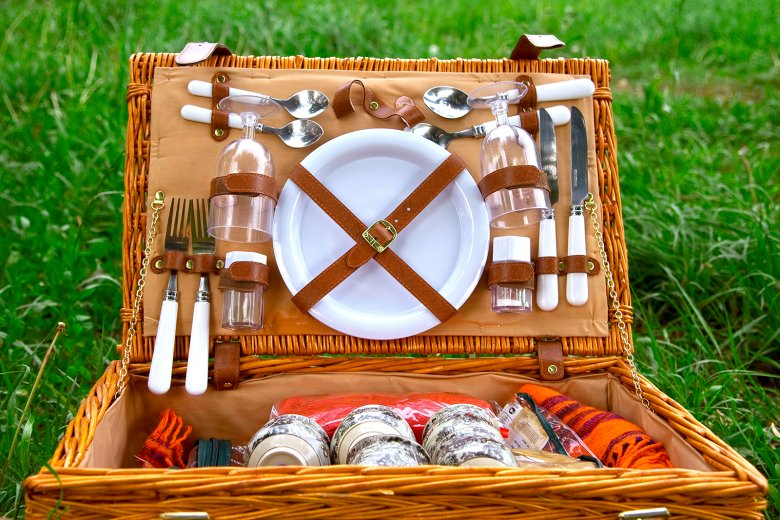 Ein Picknickkorb ist ideal, um alle wichtigen Utensilien zu verstauen.