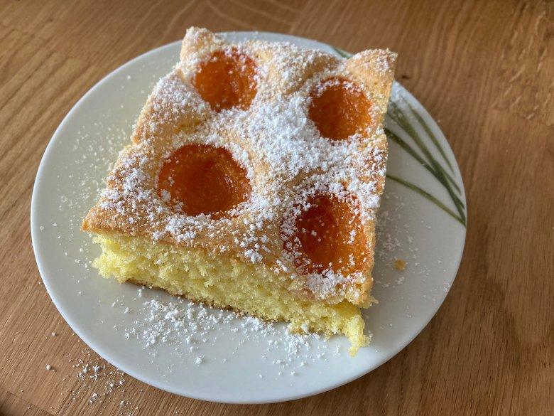 Luftig, fruchtig und gut schmeckt der Aprikosenkuchen nach Omas Rezept.