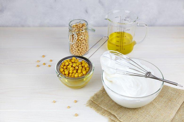 Veganer Eischnee kann aus Kichererbsenwasser zubereitet werden.