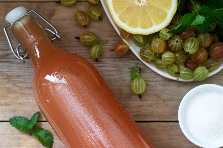 Vor allem ein selbstgemachter Sirup aus frischen Beeren, wie Stachelbeeren ist sehr beliebt.