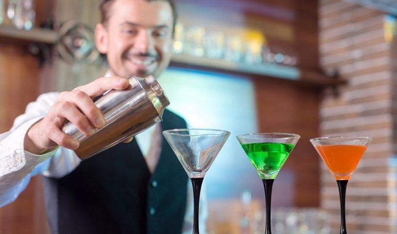 Ein Barkeeper muss über die richtigen Zutaten und die Zubereitung von Cocktails Bescheid wissen.