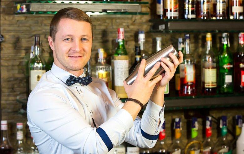Unter anderem sind Barkeeper für das Mixen von Cocktails oder Ausschenken von Getränken zuständig.