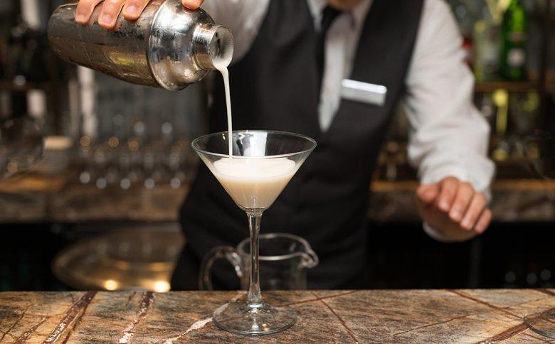 Cocktails, die Zutaten, wie dickflüssige Sirups, Zitrussäfte oder Sahne enthalten, müssen im Cocktail Shaker zubereitet werden.