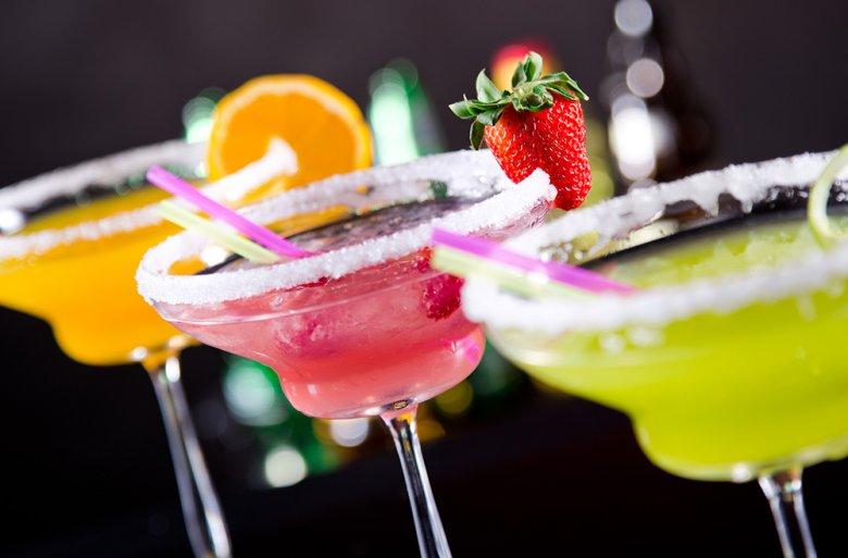 Es gibt viele Möglichkeiten, um einen Cocktail kreativ zu dekorieren.