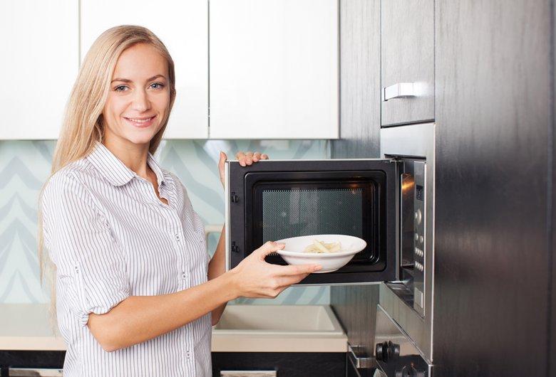 Mit einer Mikrowelle ist fast alles möglich - auftauen, aufwärmen oder je nach Gerät sogar grillen.