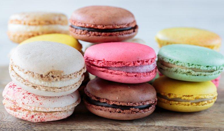 Macarons ist ein buntes Baisergebäck aus Mandelmehl mit einer Cremeschicht.