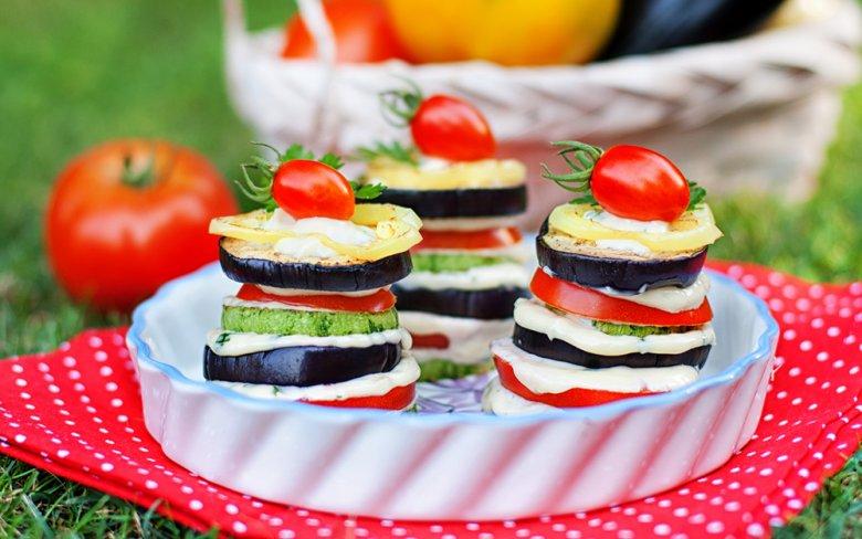Köstliche Snacks und Fingerfood können mit Zucchini und Auberginen gezaubert werden.