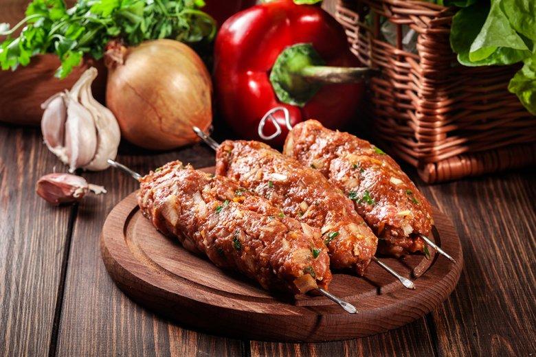 Ein traditioneller Grillspieß aus der türkischen und arabischen Küche aus mariniertem Lammfleisch.
