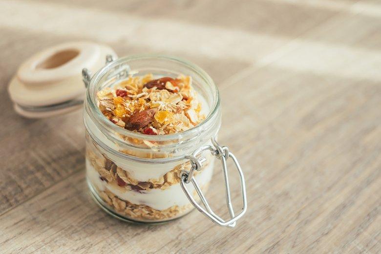 Ein Bircher Müsli besteht aus Haferflocken und weiteren Getreideprodukten sowie Obst mit z.B. Milch