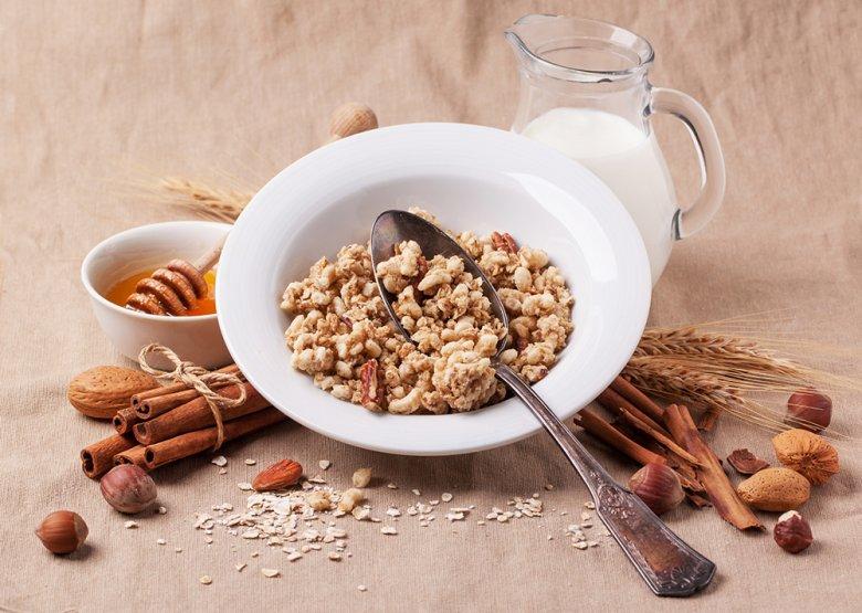 Vor allem im Winter ist ein Müsli mit Nüssen, Milch und Honig sehr beliebt.