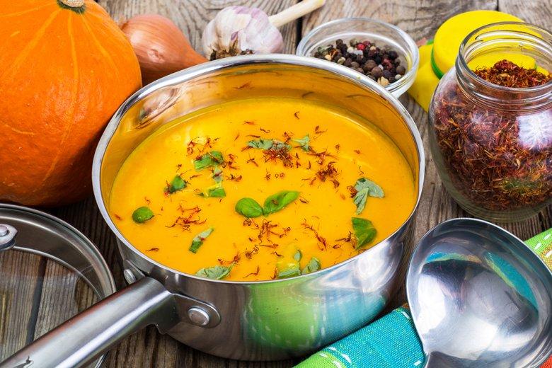 Unter anderem können Suppen mit Safran verfeinert werden.