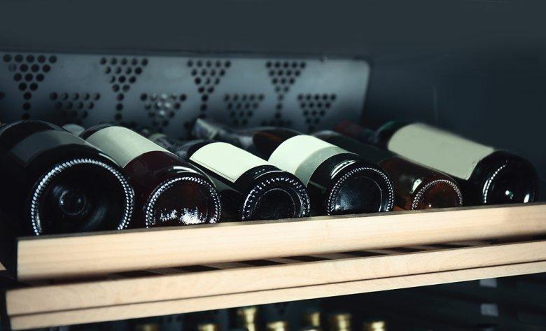 Ein Weinklimaschrank ist eine gute Möglichkeit, um den Wein richtig zu lagern.