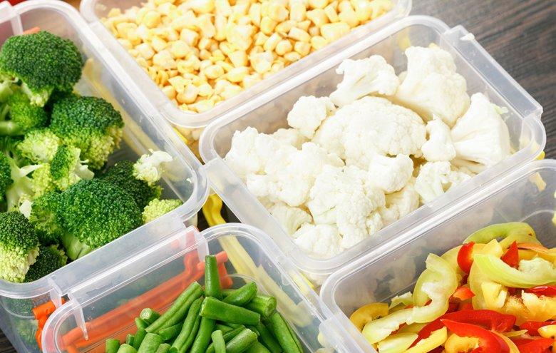 Zum Einfrieren von Lebensmitteln können Gefrierbeutel oder Gefrierdosen verwendet werden.