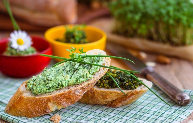 Mit Bärlauch kann ein köstlicher Brotaufstrich hergestellt werden.