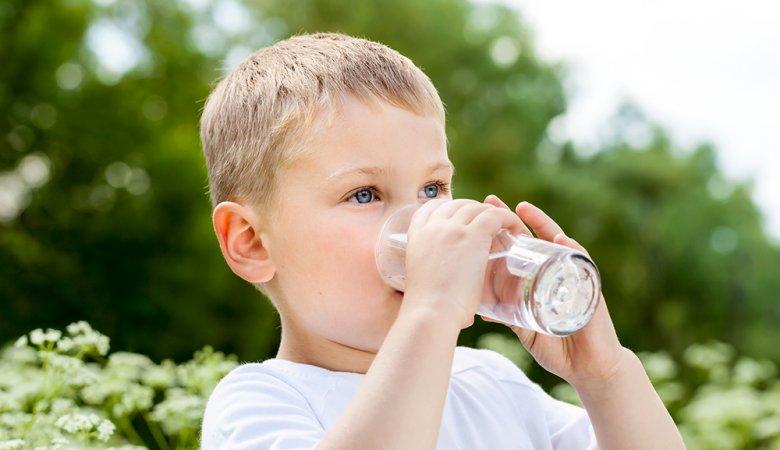 Eltern sollten stets darauf achten, dass Kinder ausreichend trinken.