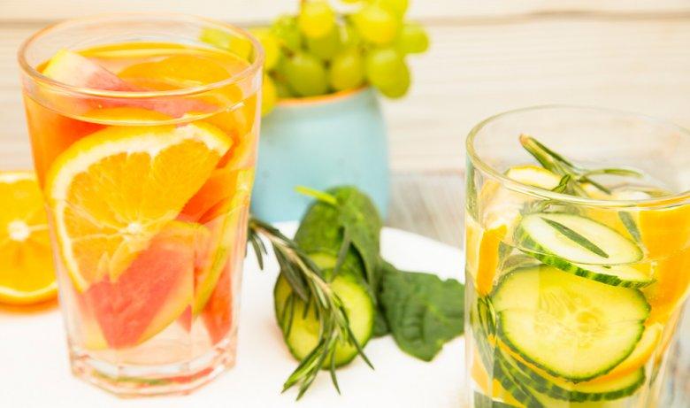 Wasser kann durch Zugaben von frischen Früchten oder Gemüse aufgepeppt werden.