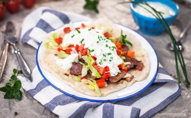 Gyros mit Gemüse, Fleisch und Tzatziki-Sauce ist eine griechische Spezialität.