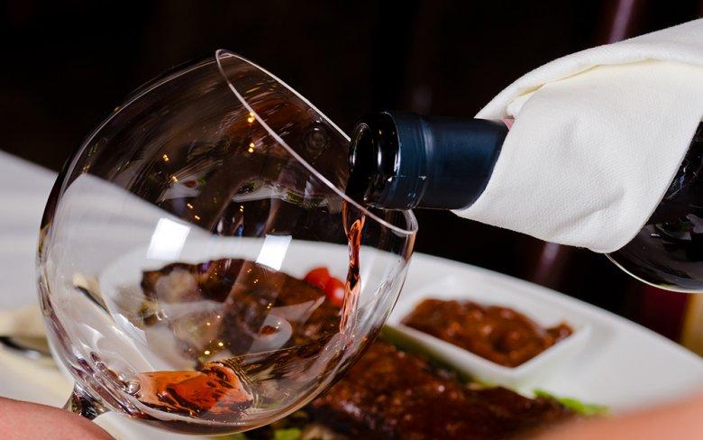 Beim Thema Essen und Wein gilt es einige Grundregeln zu beachten.