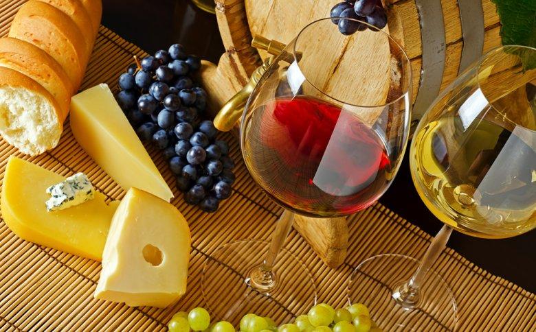 Wein und Käse stellen eine beliebte Genusskombination dar.