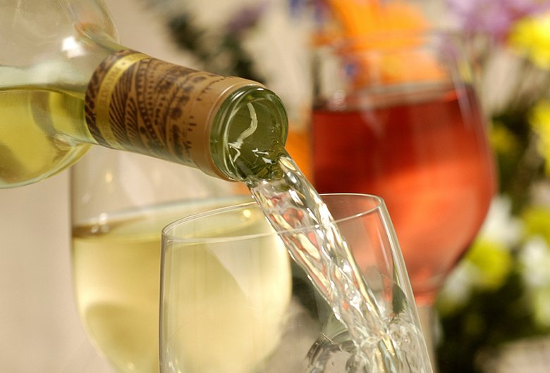 Von Weißwein schenkt man lieber etwas weniger ein, da dieser gut temperiert getrunken wird.