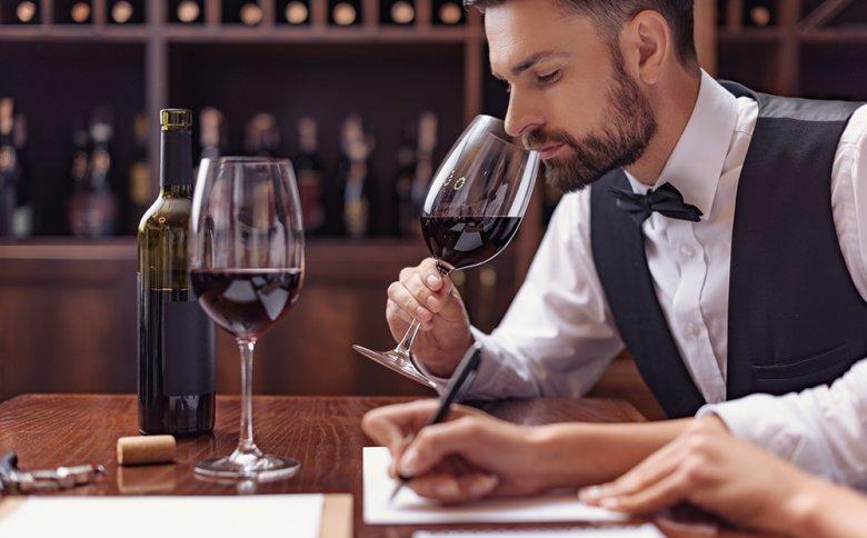 Ein Wein kann durch verschiedene Methoden degustiert werden, unter anderem durch riechen.