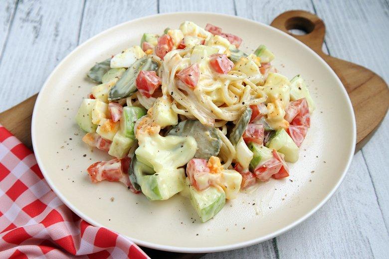 Nudelsalat mit Eiern und Tomaten