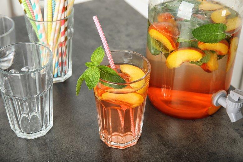 Infused Water mit Pfirsich und Minze