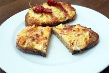 Überbackene Käse-Schinken-Brötchen