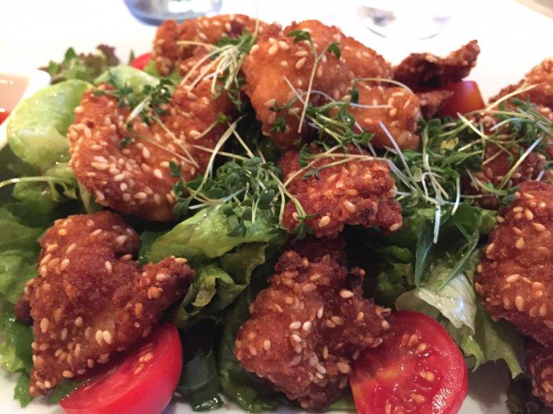 Hähnchenbruststreifen in Sesampanade auf Blattsalat
