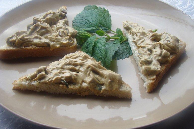 Honig-Senf-Aufstrich mit frischer Pfefferminze und Rosinen