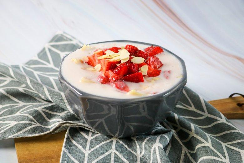Milchsuppe mit Nudeln und Erdbeeren
