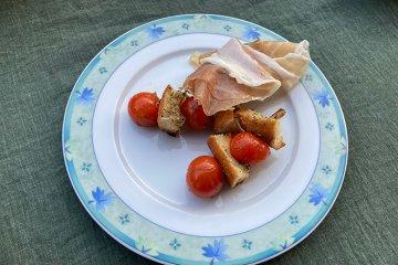 Tomaten-Brot-Spieße mit Prosciutto