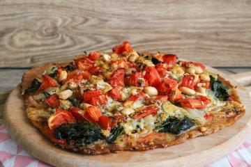 Vollkornpizza mit Spinat, Tomaten und Gorgonzola