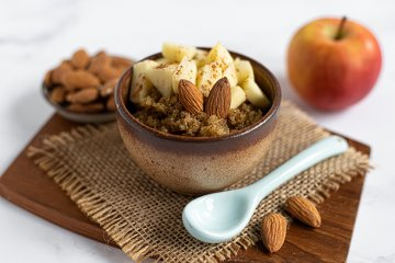 Müsli mit Quinoa, Nüssen und Apfel