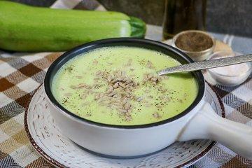 Zucchinisuppe mit Joghurt