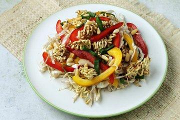 Yum Yum Salat mit Frühlingszwiebeln und Chinakohl