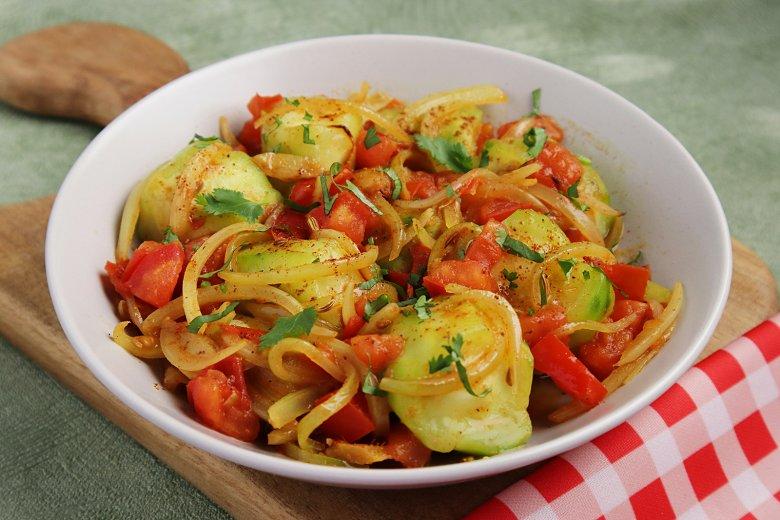 Okraschoten mit Tomaten